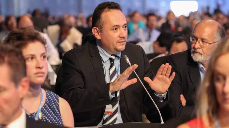 Rene Orellana, de Bolivia, hablando en representación del G-77/China. (Foto: IISD).