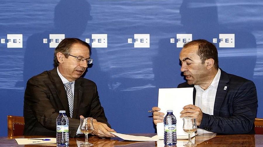Juan Carlos del Olmo (WWF) y José Antonio Vera (EFE) en la firma del acuerdo. (Fuente: EFE).